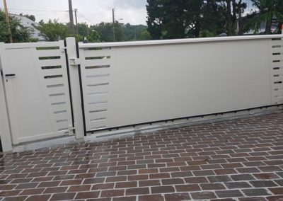 portail-portillon-coulissant-alu-pavage-gres-angers