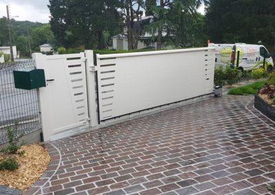portail-portillon-coulissant-alu-pavage-gres-couleur-jardin